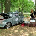 Lieveheersje met nostalgische koffers en dito kever tijdens het park vertelt